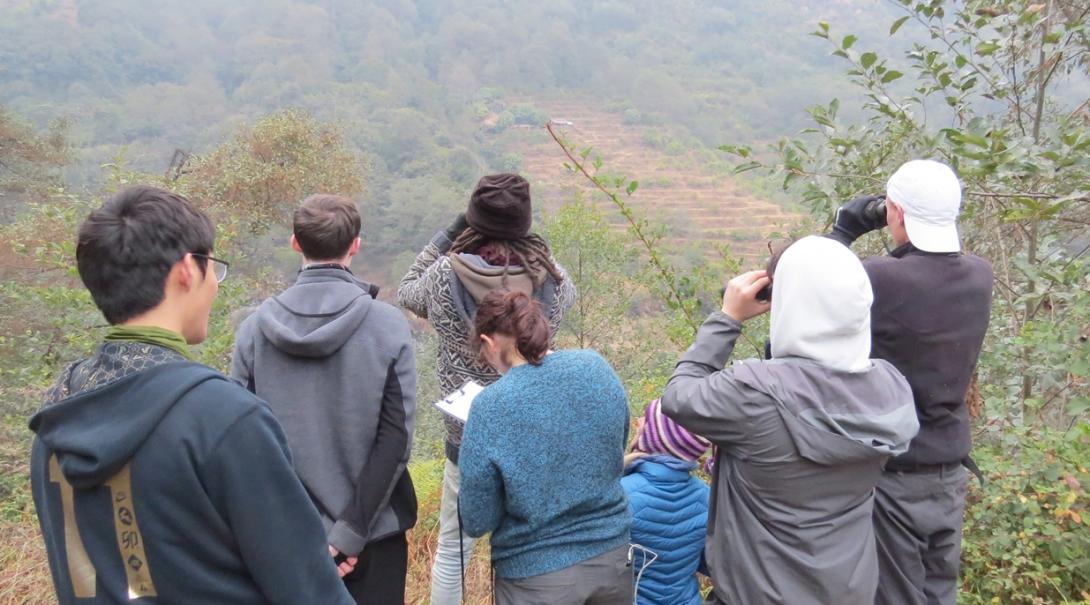 ネパールのヒマラヤ山脈で生態系調査に取り組む環境保護ボランティアたち